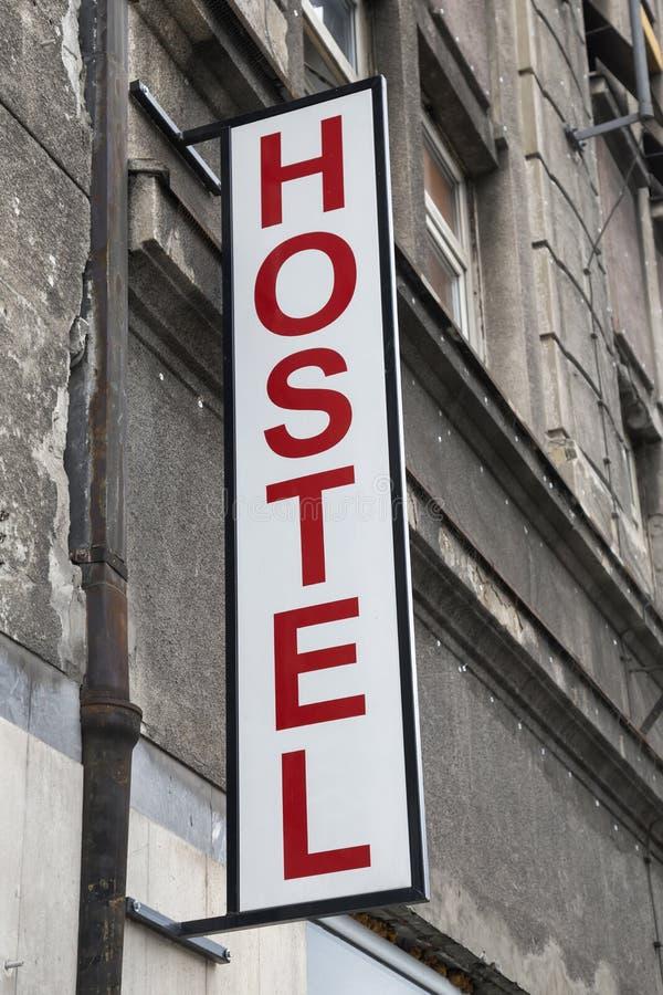 标志在对旅舍的入口外边 免版税库存照片