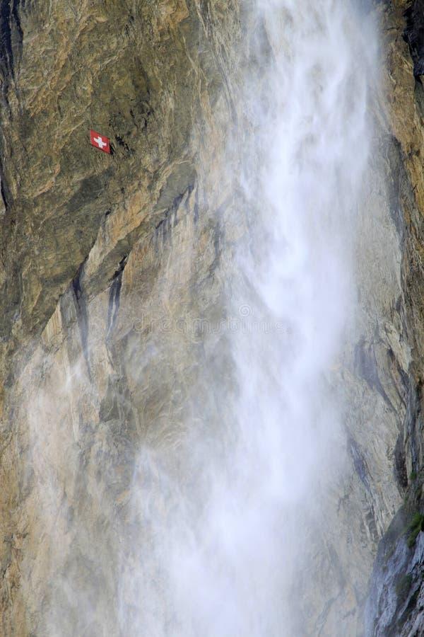 标志在红色瑞士瀑布白色附近lauterbrunnen 库存照片