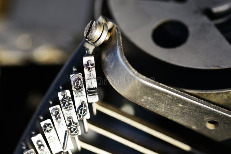 @标志或标志在老打字机机器钥匙 库存图片