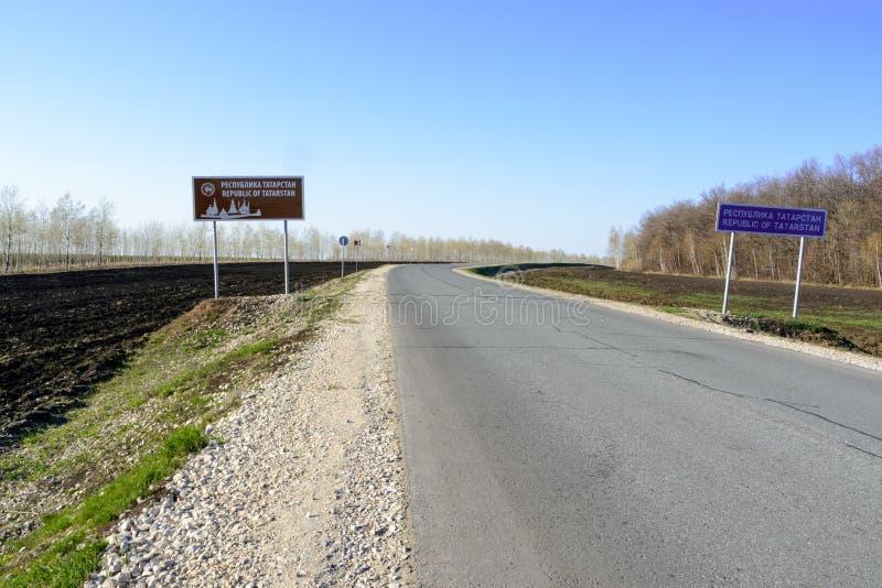 标志欢迎到鞑靼斯坦共和国 在一条农村路的鞑靼斯坦共和国路标 鞑靼斯坦共和国反对清楚的天空蔚蓝的路标 库存照片