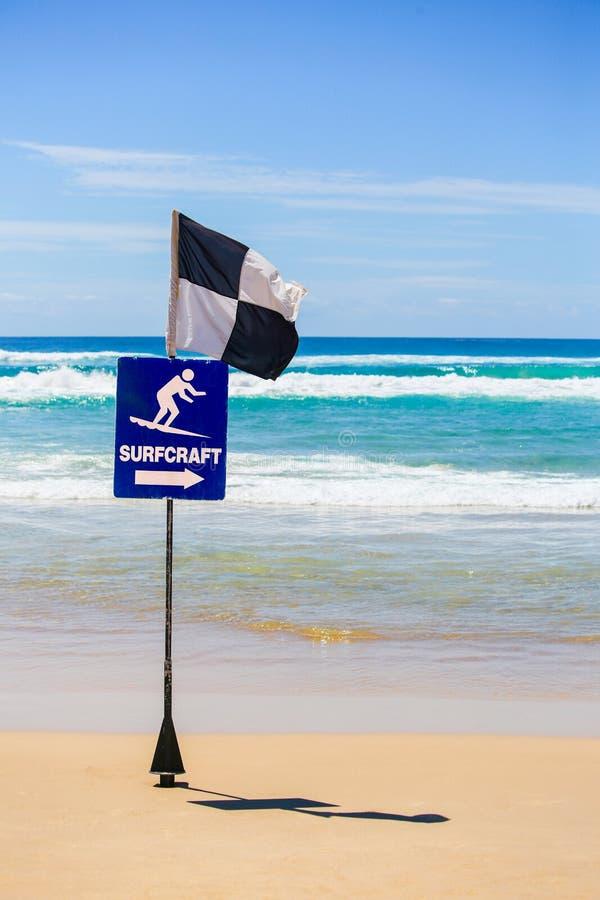 标志海浪工艺,黑白冲浪者旗子 库存图片