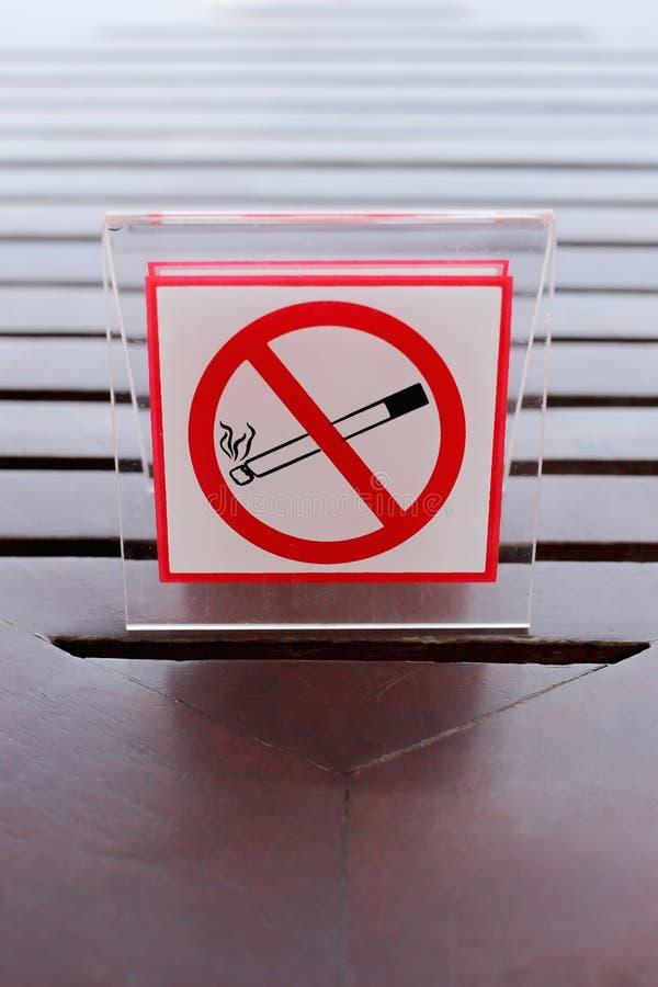 标志的禁烟在桌上 库存图片