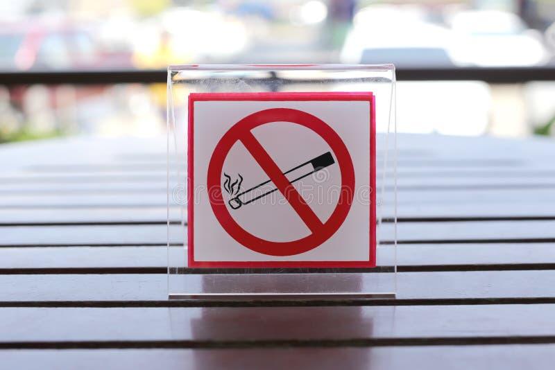 标志的禁烟在桌上 免版税库存图片