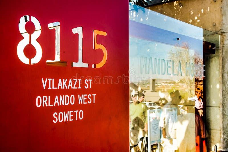 标志纳尔逊・曼德拉Vilakazi街的索韦托` s房子外 库存图片