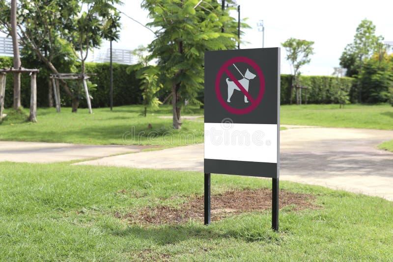 标志表明狗在这个区域不允许 免版税库存照片