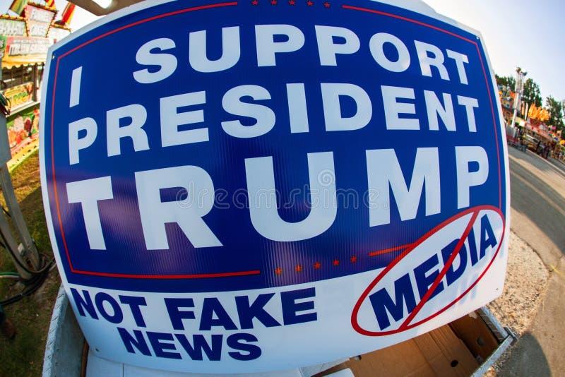 标志说我支持Trump Not Fake总统新闻媒体 库存照片