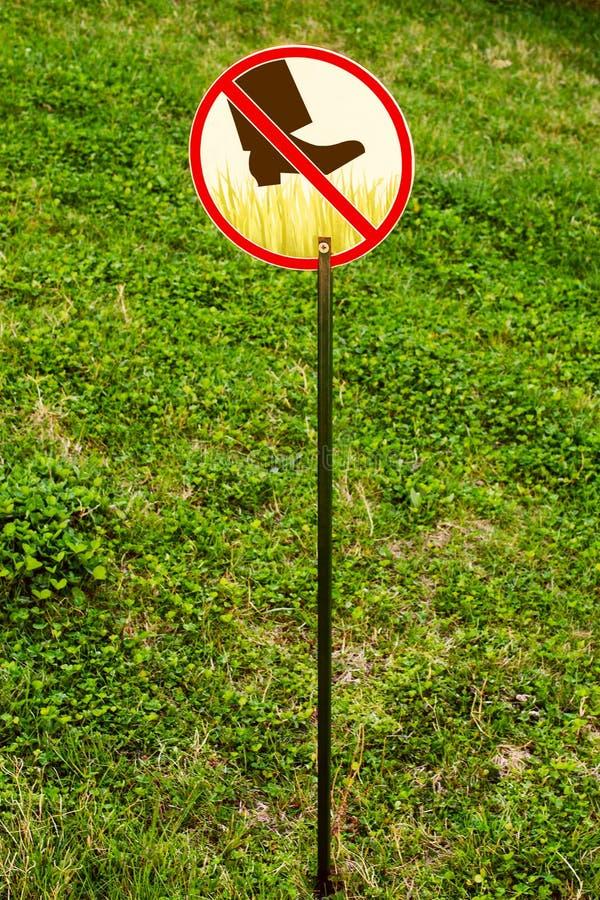标志:不要走在草 免版税库存照片