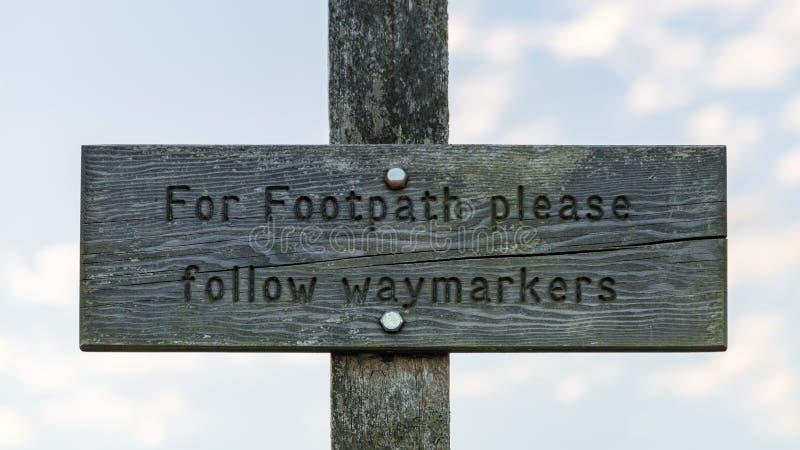 标志:对于小径请跟随waymarkers 库存图片