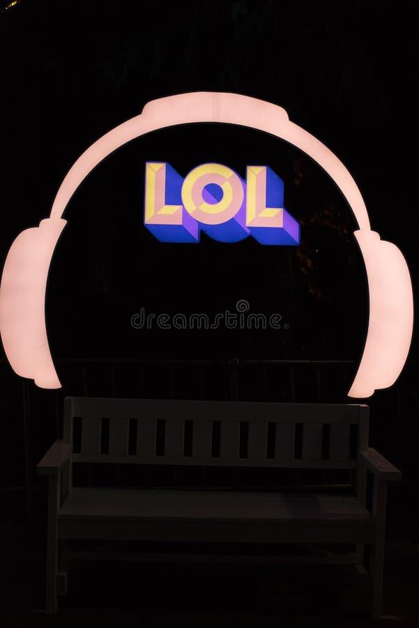 标志LOL耳机,深蓝色背景夜 免版税图库摄影