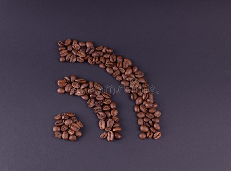 标志wi fi计划了在黑暗的背景上的咖啡粒 免版税库存照片