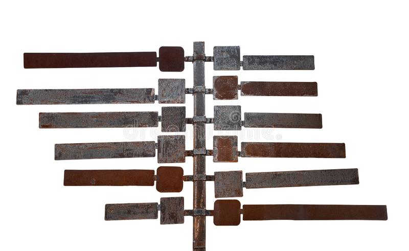 标牌,许多老生锈的金属标牌在柱子上,隔离在白色背景上,卡路 库存图片