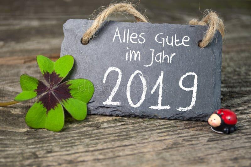 标签标志和黑板有新年快乐除夕与2019年和三叶草的 免版税图库摄影