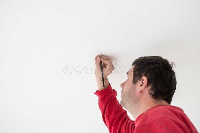 标记与铅笔的工作员或建造者一个斑点 免版税库存照片
