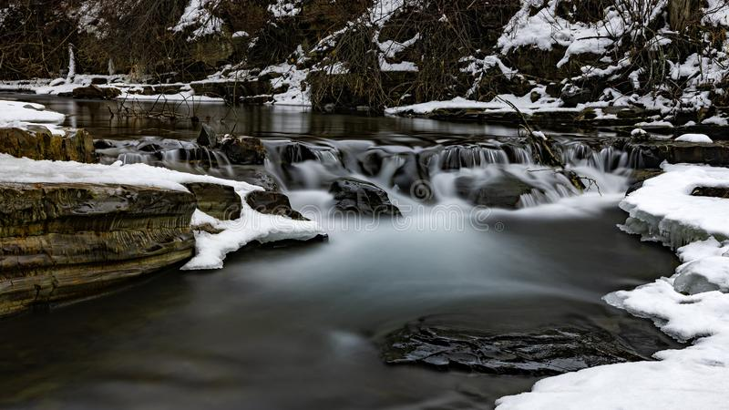 标记小河在金伯利不列颠哥伦比亚省加拿大附近的马里斯维尔秋天在冬天 免版税库存图片