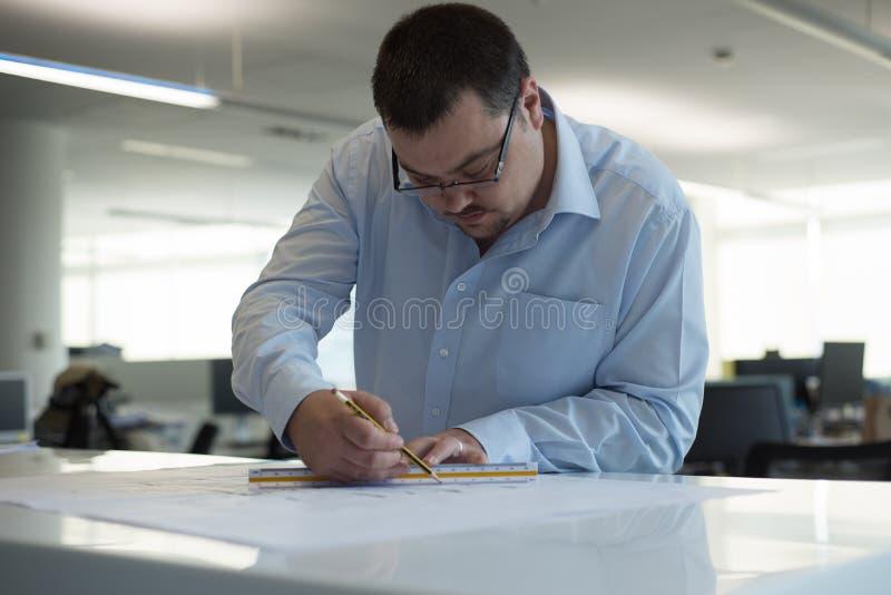 标记CAD图画的建筑师 库存图片