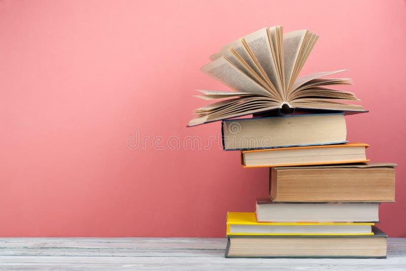栈五颜六色的书 教育背景 回到学校 预定,在木桌上的精装书五颜六色的书 教育 库存照片