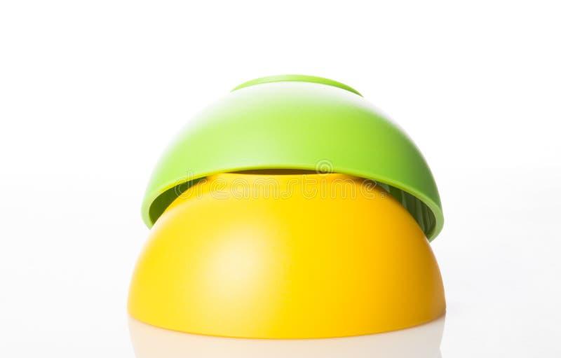 栈五颜六色的塑料碗 免版税库存照片