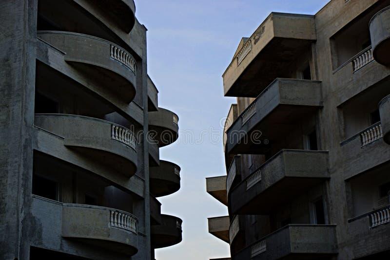 2栋白天相望的褐色高层建筑 免费的公共领域 Cc0 图片