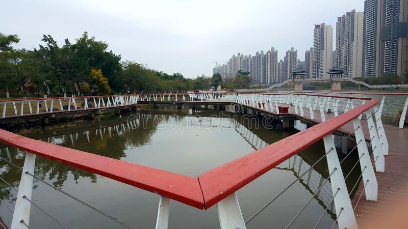 栏杆的形状沿湖的 库存照片