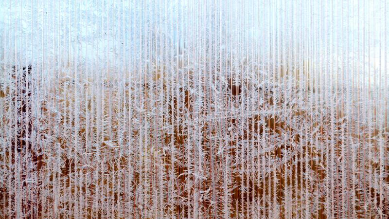 树冰和雪花的冷淡的样式在镶边玻璃,冬天或者圣诞节背景,纹理 图库摄影