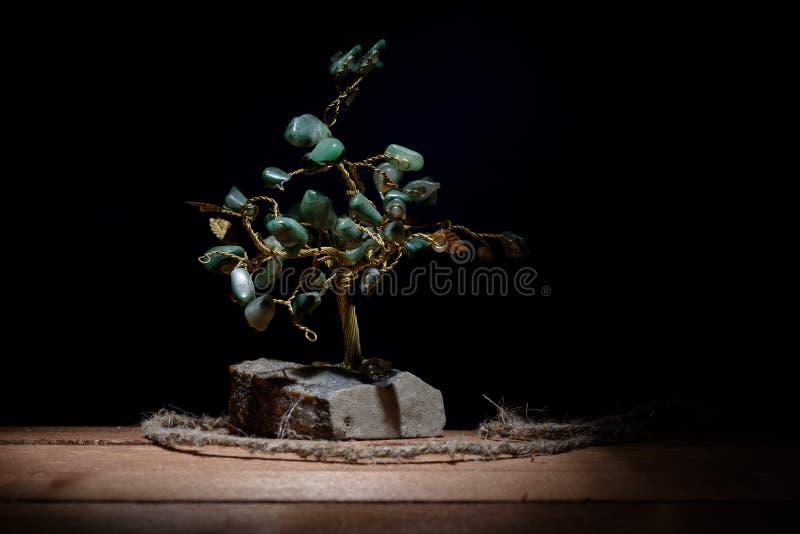 树和色的绿色纪念品在darkbackground留下绿沸铜石头 库存图片