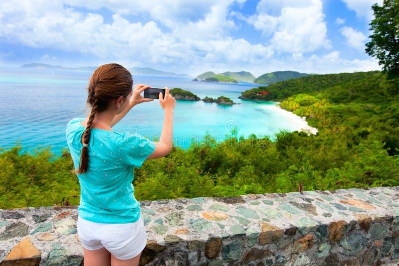 树干海湾的旅游女孩在圣约翰海岛上 库存照片