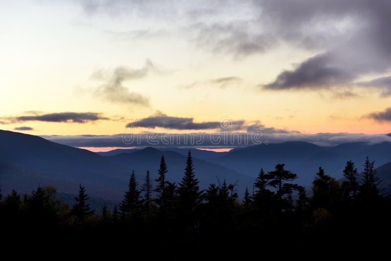 树木繁茂的山和桃红色云彩在峰顶在日落 怀特山国立公园 ?? ??Hamshire 免版税库存照片