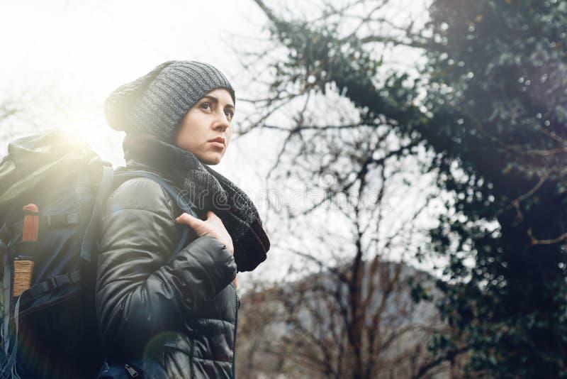 树林概念旅游探险旅行中背包的年轻女性与人 库存图片