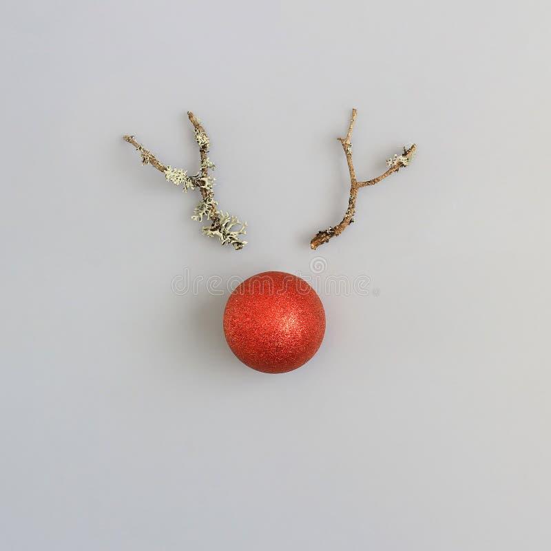 树枝和红色圣诞节球的抽象驯鹿面孔 库存照片