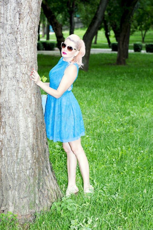 树的美女 免版税库存照片