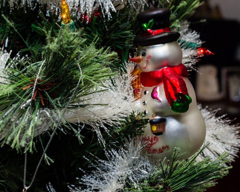 树看在树的其余的装饰品雪人 免版税库存图片