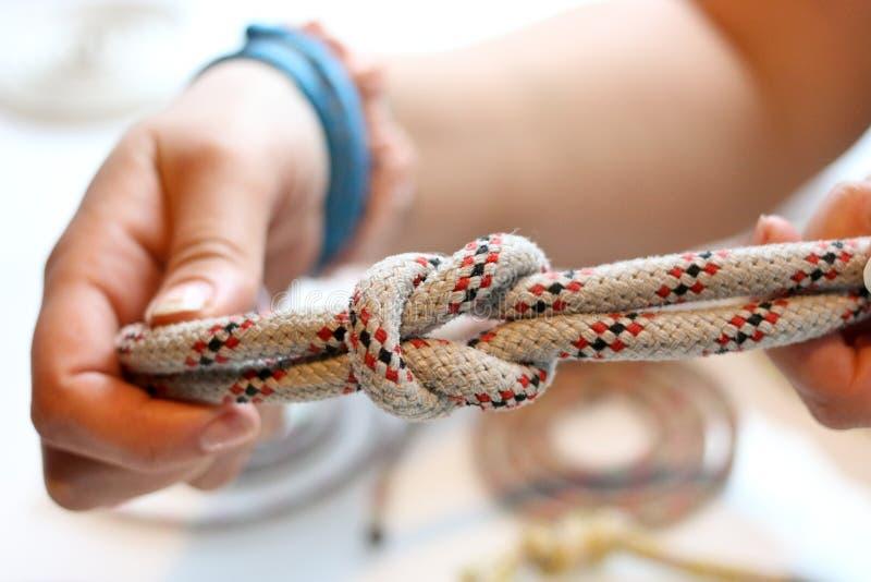 栓与一条船舶绳索的一个结 免版税库存照片