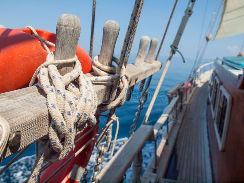 栓在一艘木帆船的绳索 免版税图库摄影