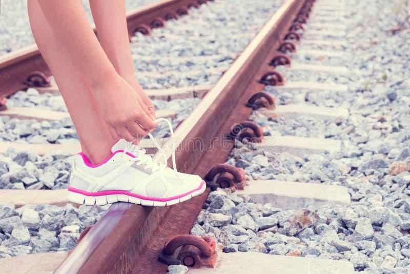 栓在路轨的少妇鞋带 库存照片