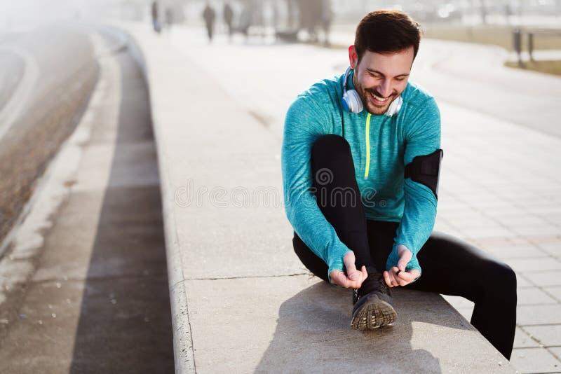 栓跑鞋的人 跑的人户外 免版税库存图片