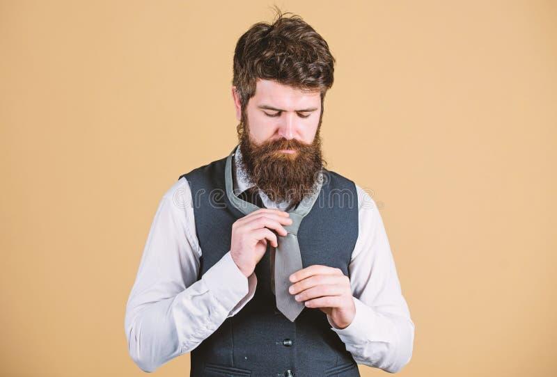 栓领带结不同的方式  勇敢艺术  如何栓领带 开始以您的衣领和领带 免版税图库摄影