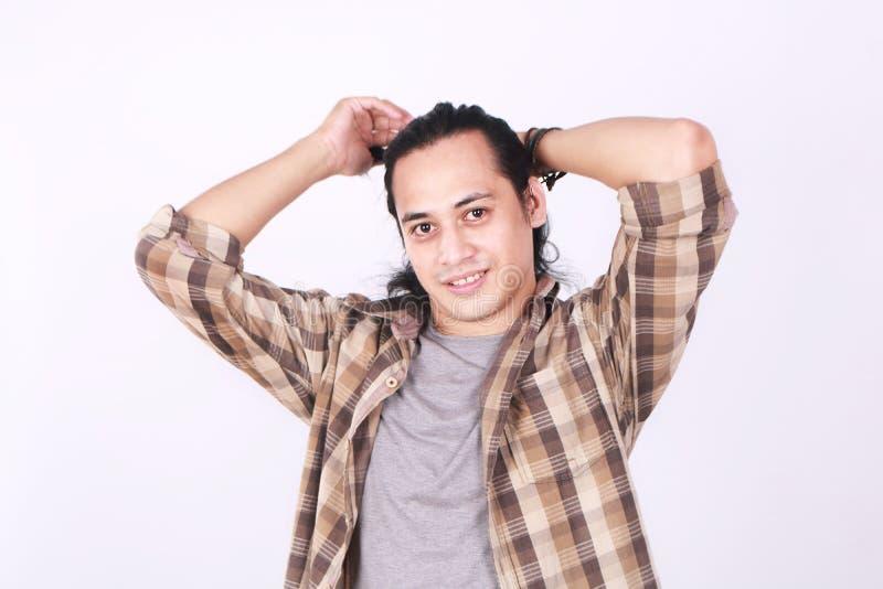 栓他长的头发的男性亚洲模型 免版税库存照片