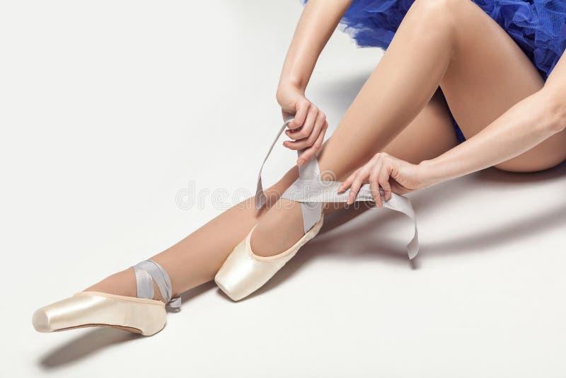 栓pointe鞋子的芭蕾舞女演员,当坐白色stu时 库存照片
