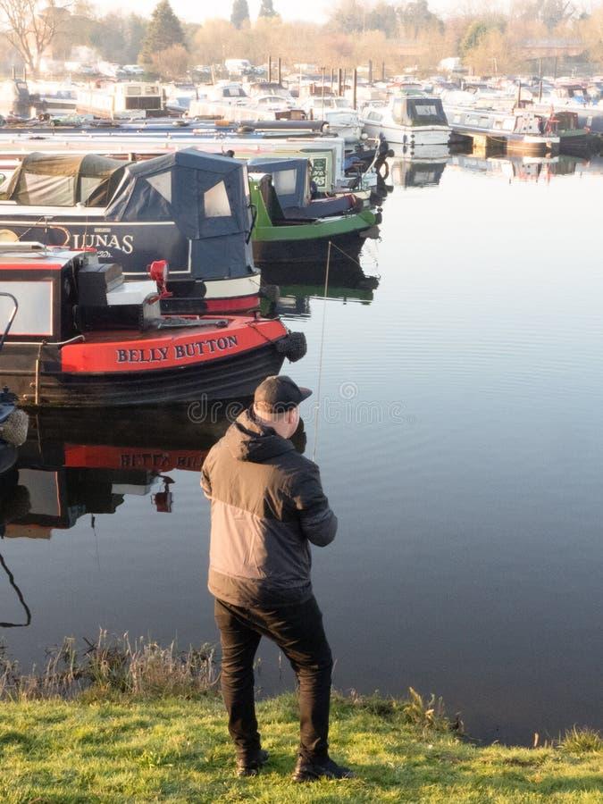 栖息处的人钓鱼在Shardlow小游艇船坞,英国 库存照片