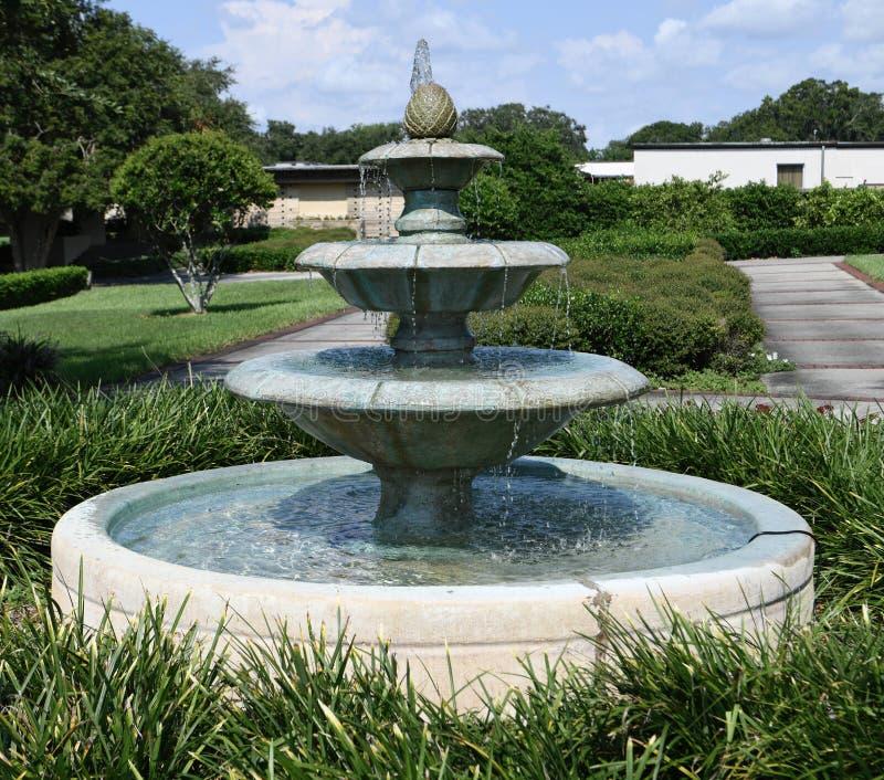 校园喷泉 免版税库存照片