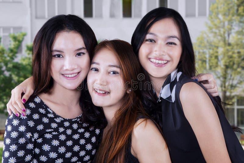 校园的三个女学生 库存照片