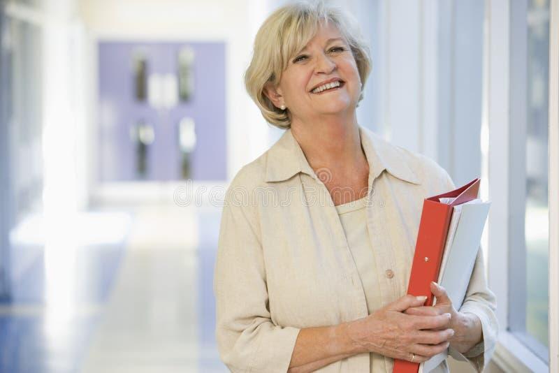 校园走廊常设妇女 免版税库存图片