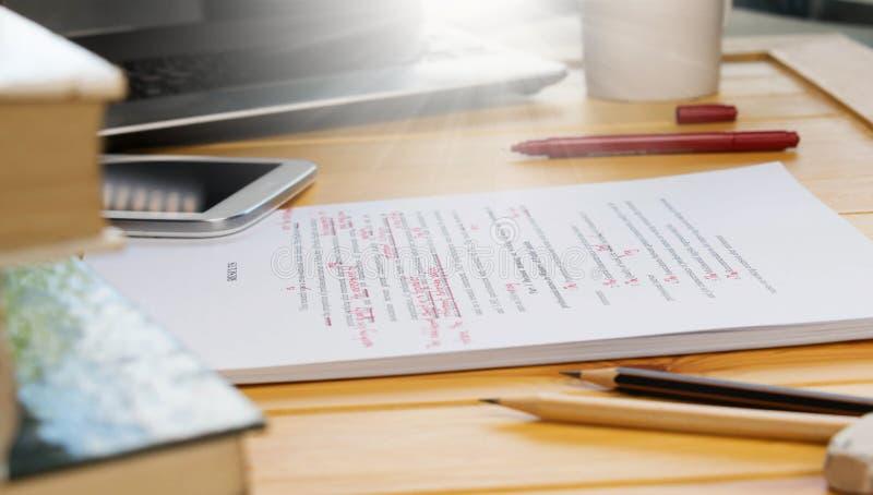 校对在桌上的文本 免版税图库摄影