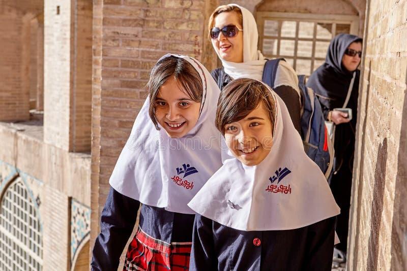 校服的伊朗女孩微笑在晴天,伊斯法罕的 免版税库存图片