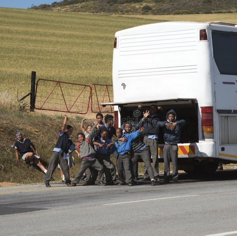 校车和学生在旅行 库存照片