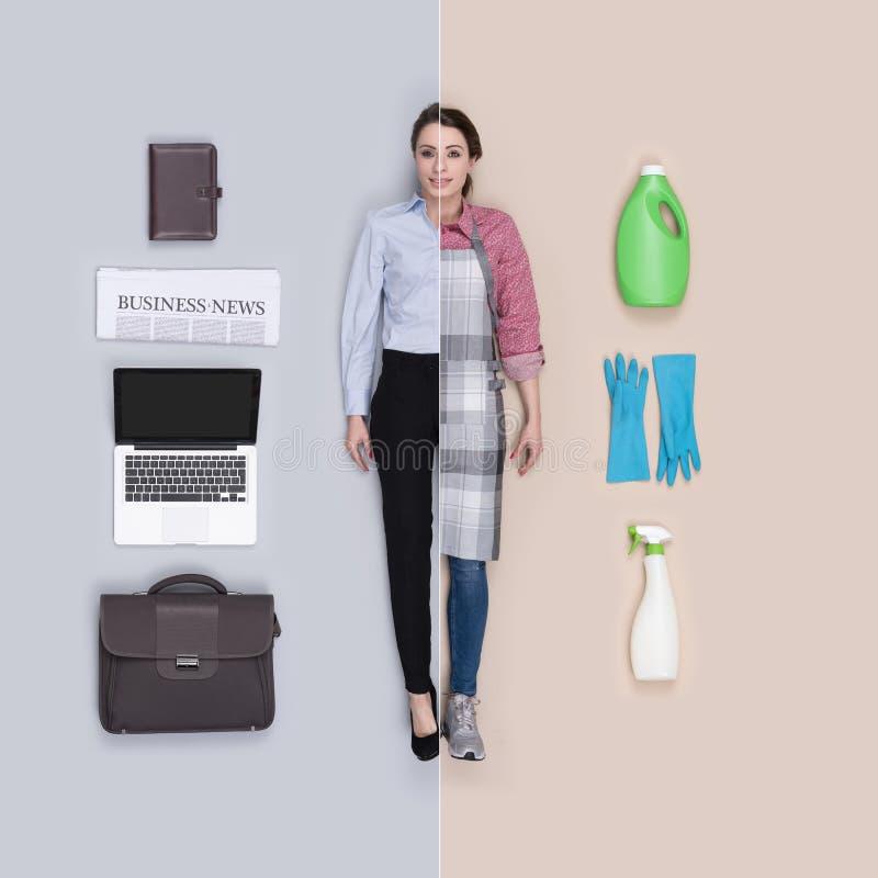 栩栩如生的女性玩偶比较:女实业家和hosewife 免版税库存照片