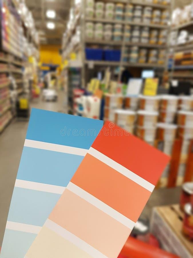 样品油漆蓝色和桔子在罐头背景油漆 免版税库存照片