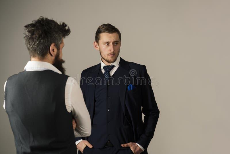 样式和状态 友谊和合作债券在商人中 在业务关系的时装模特儿 男服 库存照片