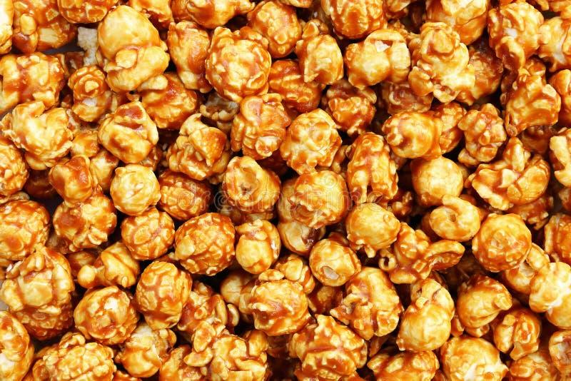 样式和背景的甜焦糖玉米花 免版税库存图片