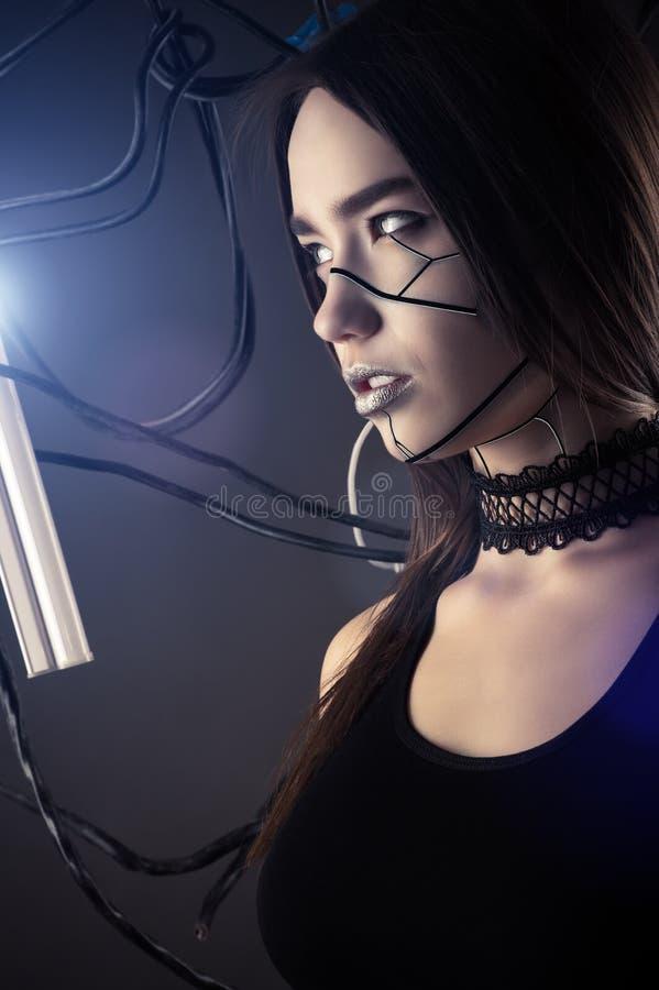 样式计算机国际庞克的美丽的外形面孔机器人女孩与导线 免版税库存照片